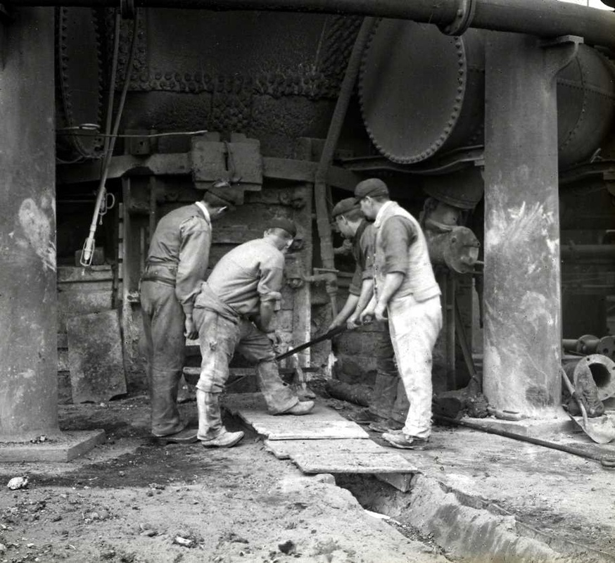 Steel workers ready to cast molten metal - East Cleaveland Image Archive